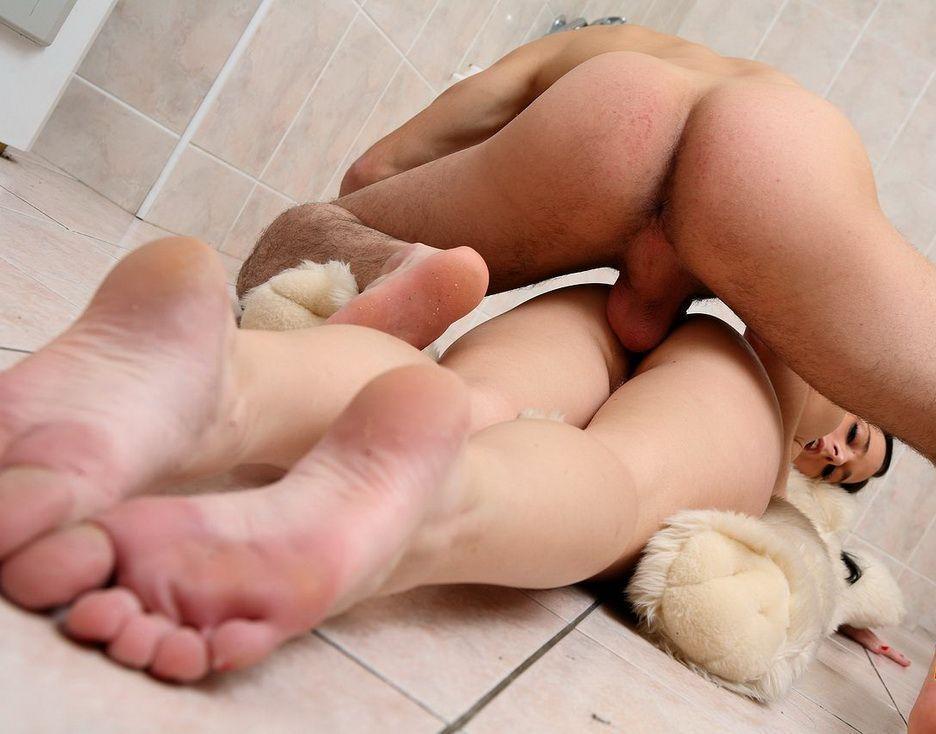 Порно со сдвинутыми ногами, жену ебут три негра одновременно