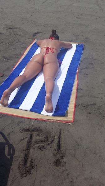 Esposa Poringuera en MicroTanga y Topless en la playa.
