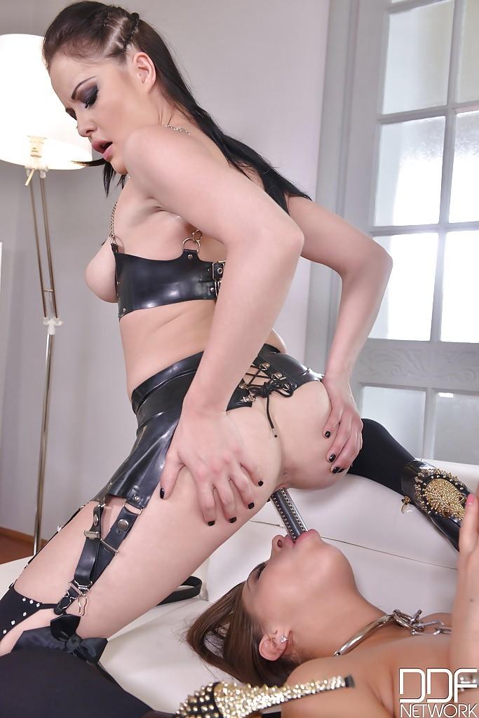 Русская госпожа ебет раба 10