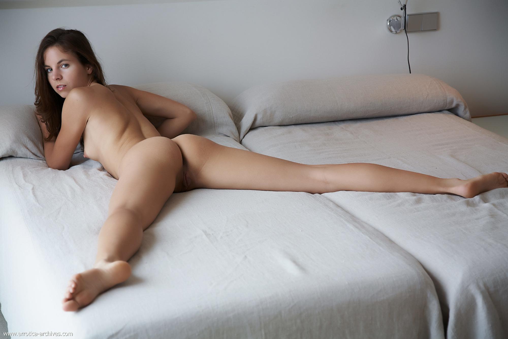 голая женщина лежит на животе