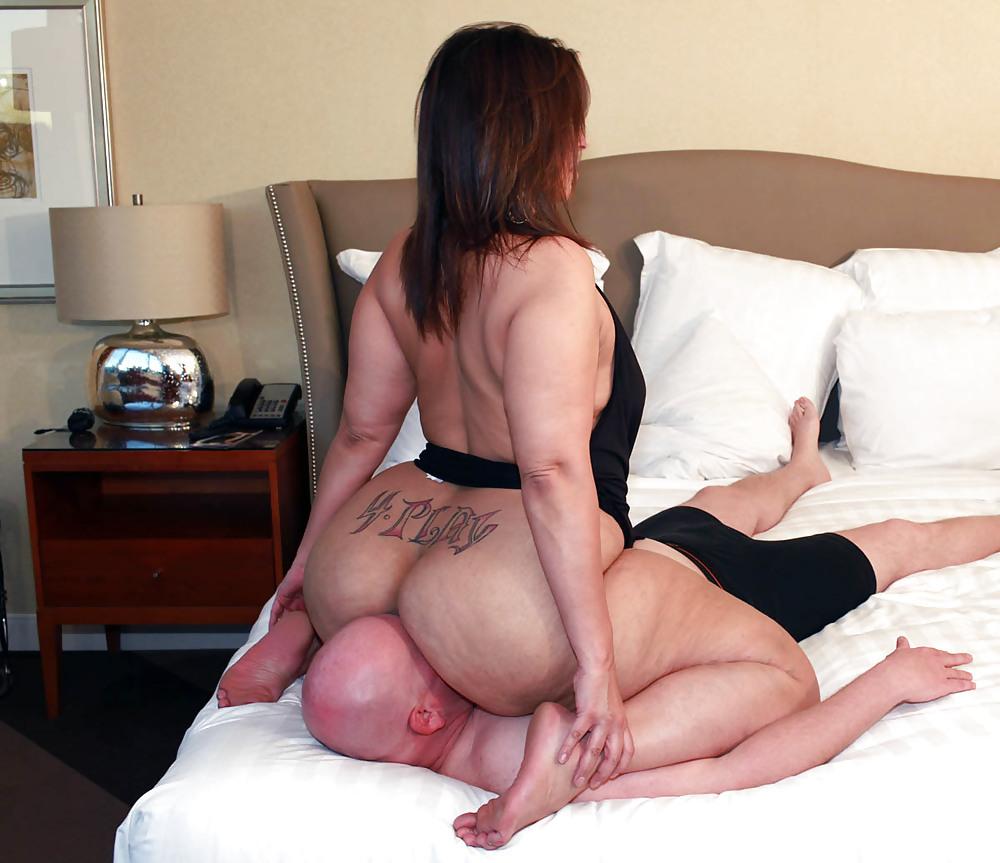 Секс сидит попкой на лицо
