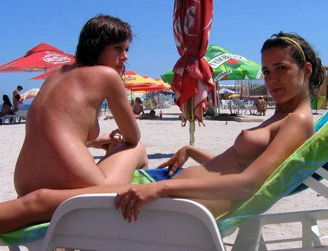 Topless adolescentes en la playa