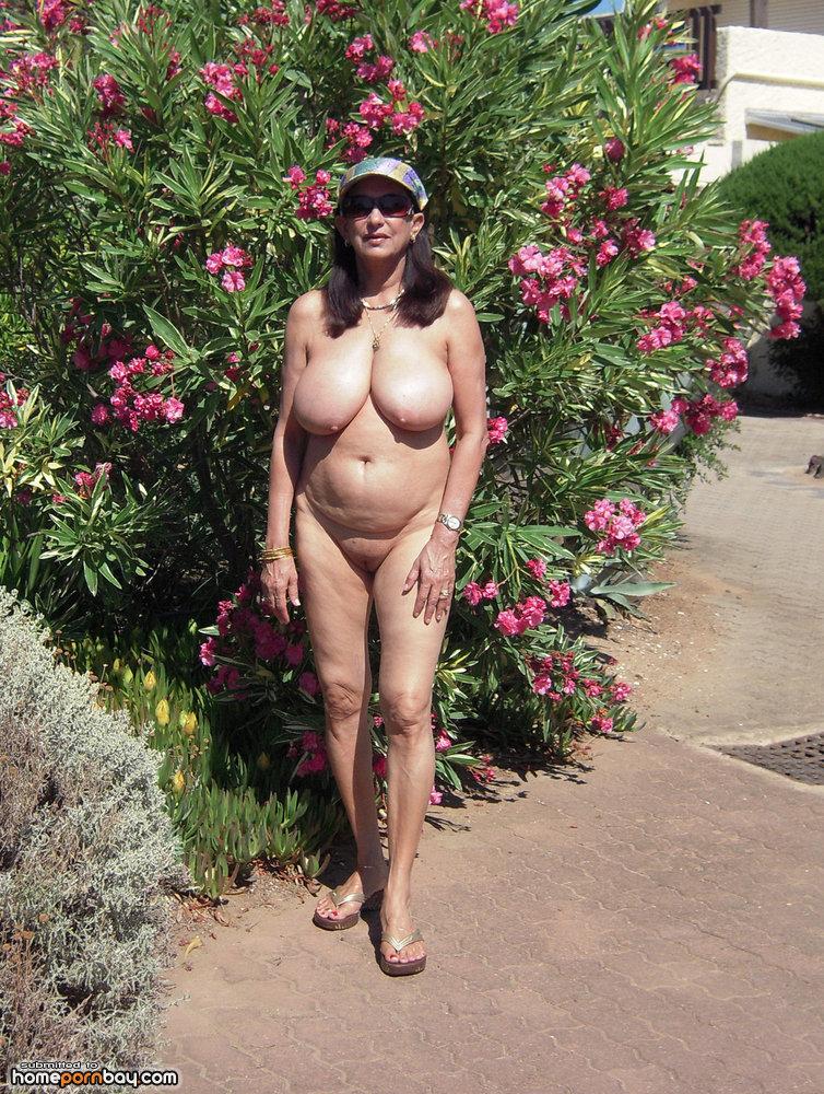 image Madura latina con grandes senos 1